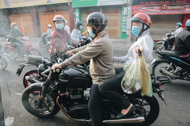 Ảnh: Người Sài Gòn tấp nập mua cá lóc cúng ông Công ông Táo, chủ tiệm nướng mỏi tay không kịp bán - Ảnh 16.