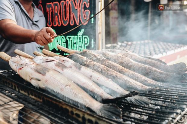 Ảnh: Người Sài Gòn tấp nập mua cá lóc cúng ông Công ông Táo, chủ tiệm nướng mỏi tay không kịp bán - Ảnh 12.