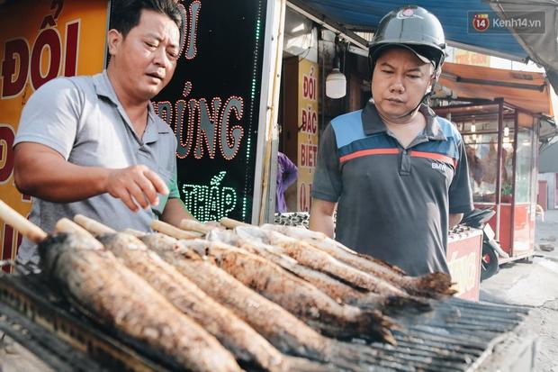 Ảnh: Người Sài Gòn tấp nập mua cá lóc cúng ông Công ông Táo, chủ tiệm nướng mỏi tay không kịp bán - Ảnh 14.