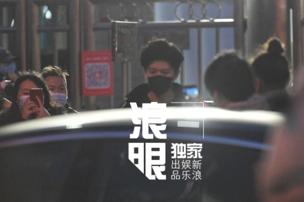Quân đoàn sao Cbiz nô nức đi ghi hình Gala Tết: Trần Vỹ Đình soái muốn xỉu, Dương Mịch gây chú ý vì chiếc máy đặc biệt - Ảnh 20.