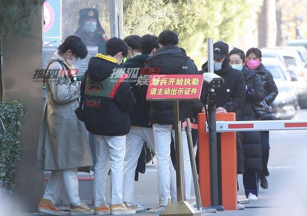 Quân đoàn sao Cbiz nô nức đi ghi hình Gala Tết: Trần Vỹ Đình soái muốn xỉu, Dương Mịch gây chú ý vì chiếc máy đặc biệt - Ảnh 26.