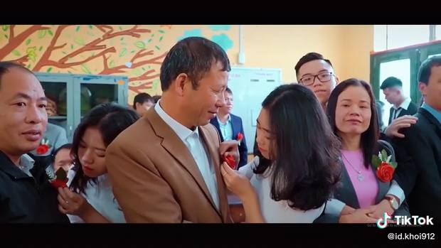 Làm điều có một không hai trong buổi chụp kỷ yếu, cả lớp khiến cha mẹ rưng rưng khóc - Ảnh 2.