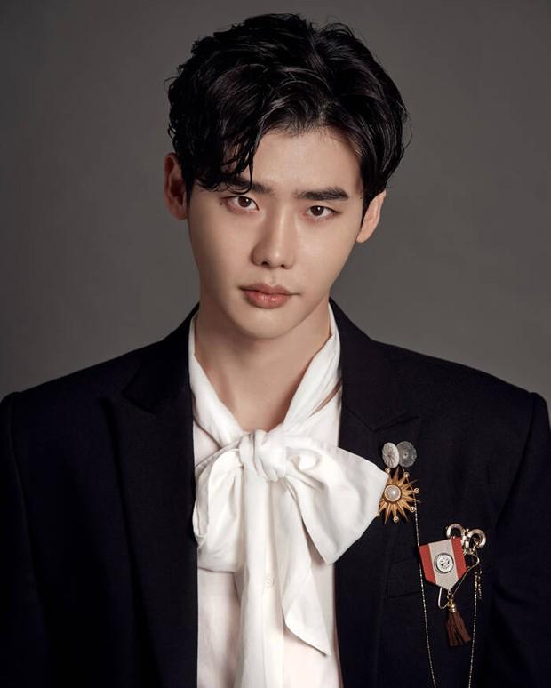 Sau Sehun, tới bạn trai tin đồn của Trịnh Sảng Lee Jong Suk gây choáng nặng vì diện mạo quá lạ và tuột dốc - Ảnh 4.