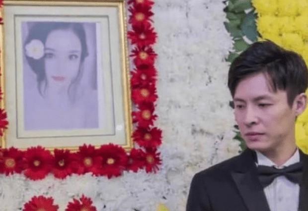 Đám cưới trong nhà tang lễ gây chấn động, hơn 1 năm sau chú rể mới gánh chịu cơn sóng chỉ trích khi nội tình được đưa ra ánh sáng - Ảnh 2.