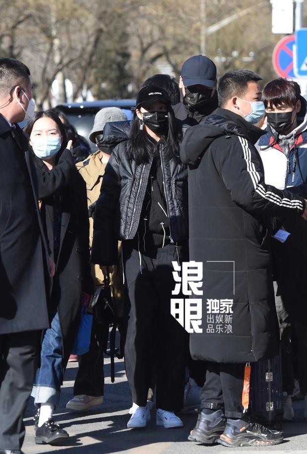Quân đoàn sao Cbiz nô nức đi ghi hình Gala Tết: Trần Vỹ Đình soái muốn xỉu, Dương Mịch gây chú ý vì chiếc máy đặc biệt - Ảnh 14.