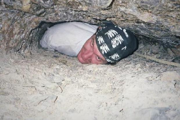 Liều lĩnh đến mức dại dột, anh chàng mắc kẹt trong cái lỗ hang động nhỏ xíu và bỏ mạng sau 27 tiếng, câu chuyện gây ám ảnh đến tận ngày nay - Ảnh 5.