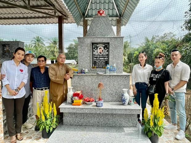 1 tháng sau khi Vân Quang Long qua đời, Ưng Hoàng Phúc đã có mặt tại Đồng Tháp để thăm mộ người anh thân thiết - Ảnh 3.