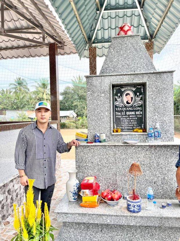 1 tháng sau khi Vân Quang Long qua đời, Ưng Hoàng Phúc đã có mặt tại Đồng Tháp để thăm mộ người anh thân thiết - Ảnh 2.