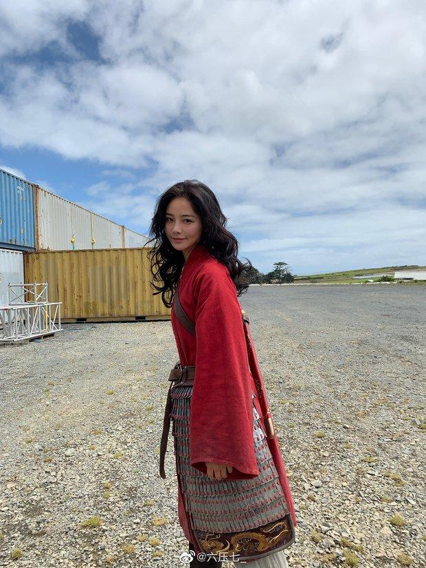 Lưu Diệc Phi chính thức bị diễn viên đóng thế Mulan qua mặt cả nhan sắc lẫn sân chơi giải thưởng - Ảnh 4.