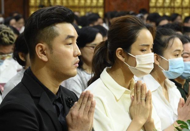 1 tháng sau khi Vân Quang Long qua đời, Ưng Hoàng Phúc đã có mặt tại Đồng Tháp để thăm mộ người anh thân thiết - Ảnh 5.
