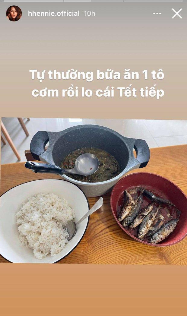 """Không ngờ bữa ăn """"tự thưởng"""" trước Tết của H'Hen Niê lại giản dị đến mức này, nhìn vào vừa xót xa vừa cảm phục - Ảnh 1."""