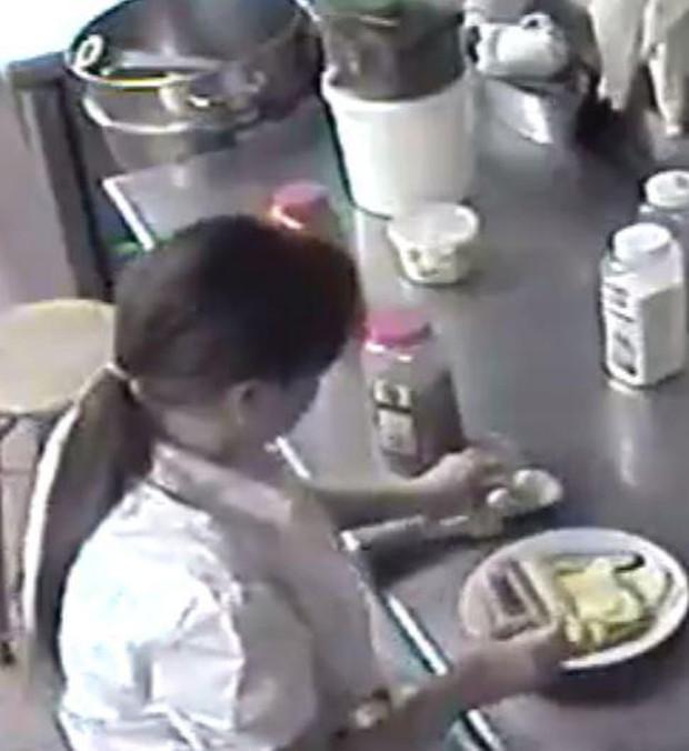 Bị mắng thậm tệ, nữ bồi bàn nhét xúc xích vào chỗ kín rồi đem ra phục vụ cho khách - Ảnh 3.