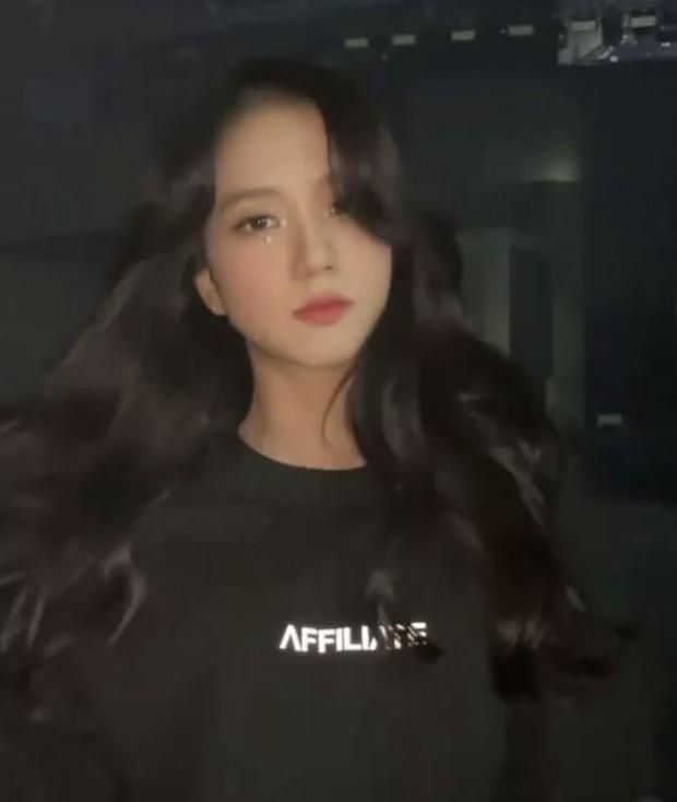 Nữ thần Jisoo (BLACKPINK) đẹp đến mức nào? Fan thử dừng bừa clip và có ngay câu trả lời rõ ràng! - Ảnh 3.