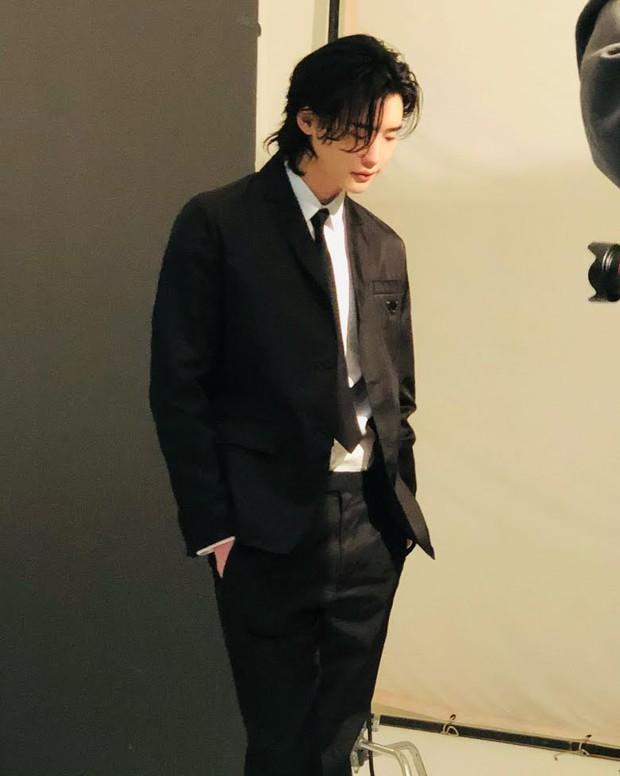 5 sao nam lột xác visual nhờ để... tóc dài: Jungkook - Lee Dong Wook đẹp như tiên tử, đến Lee Jong Suk lại muốn ngã ngửa - Ảnh 15.