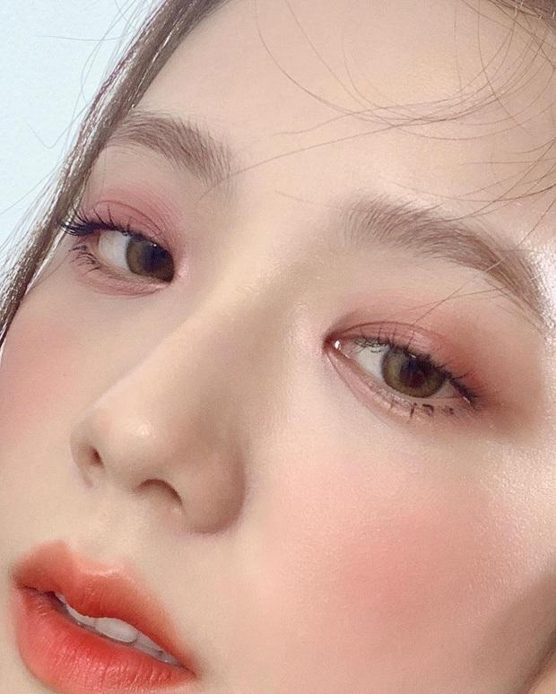 Nhược điểm nhan sắc của nữ thần Jisoo khiến cô phải che chắn kỹ bằng makeup đến độ bị đồn đã phẫu thuật thẩm mỹ - Ảnh 7.