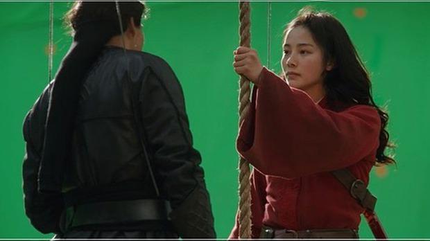 Ảnh nữ thần đóng thế Mulan khoe sắc cạnh Đặng Luân nóng bừng trở lại, nhìn mà muốn đẩy thuyền ghê ta ơi! - Ảnh 1.