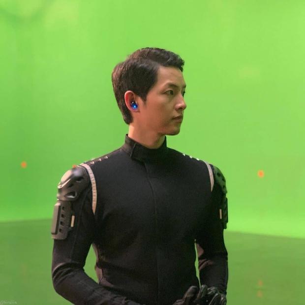 Song Joong Ki lấy lại visual đỉnh cao sau 2 năm ly hôn Song Hye Kyo, nhìn body mlem lại nhớ hồi gây bão Hậu Duệ Mặt Trời - Ảnh 8.