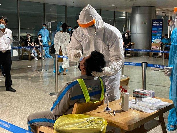 Xác định 4 ca nghi nhiễm cùng đội với nhân viên sân bay Tân Sơn Nhất mắc Covid-19 - Ảnh 1.