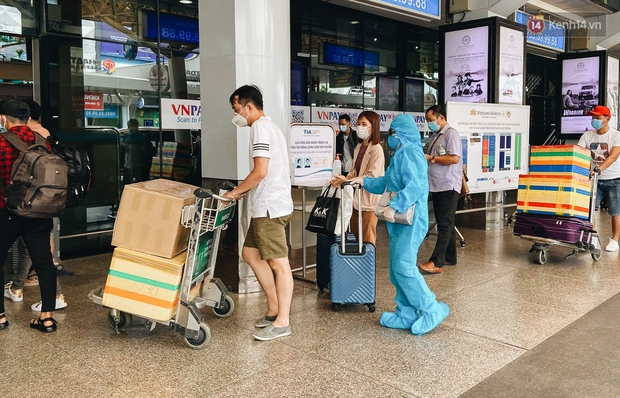 Sân bay Tân Sơn Nhất kích hoạt chế độ chống dịch nghiêm ngặt, hành khách mặc đồ bảo hộ về quê ăn Tết - Ảnh 4.
