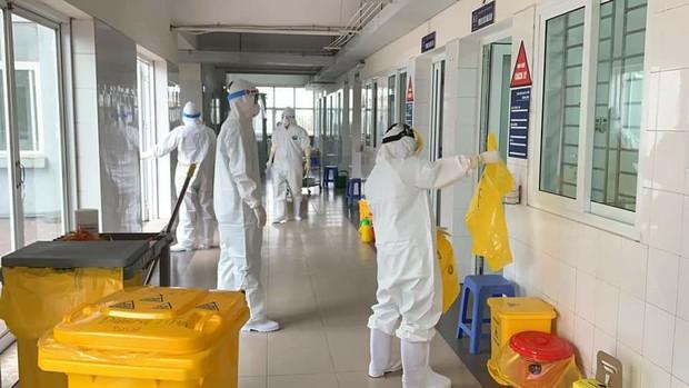 Xúc động hình ảnh những cán bộ kiểm soát nhiễm khuẩn làm việc không ngừng nghỉ tại bệnh viện điều trị Covid-19 - Ảnh 1.