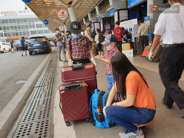 Sân bay Tân Sơn Nhất kích hoạt chế độ chống dịch nghiêm ngặt, hành khách mặc đồ bảo hộ về quê ăn Tết - Ảnh 8.