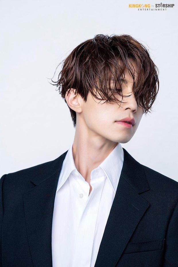 5 sao nam lột xác visual nhờ để... tóc dài: Jungkook - Lee Dong Wook đẹp như tiên tử, đến Lee Jong Suk lại muốn ngã ngửa - Ảnh 7.