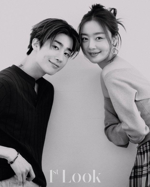 Tìm ra cặp chị em idol cực phẩm mới của Kpop: Chị là nữ thần gen 2, em trai body xịt máu mũi, bộ ảnh chung lại gây bão MXH - Ảnh 8.