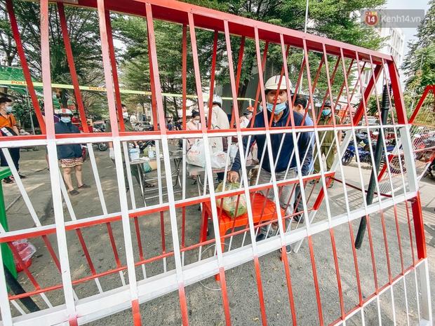 Bình Dương: Cận cảnh 2 lớp hàng rào phong toả, cách ly hơn 1.000 cư dân chung cư Ehome vì ghi nhận có ca mắc Covid-19 - Ảnh 7.