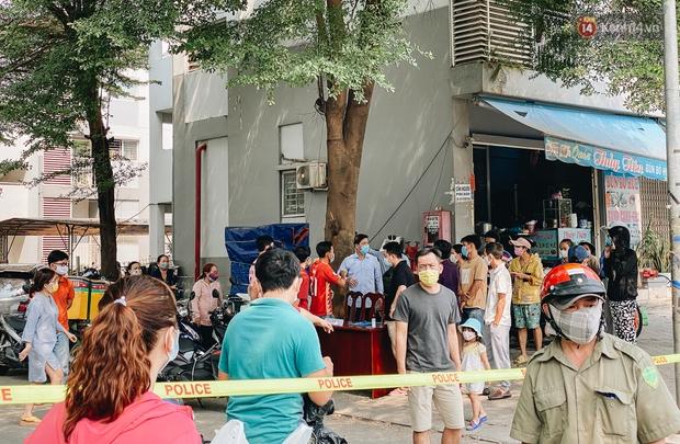 Bình Dương: Cận cảnh 2 lớp hàng rào phong toả, cách ly hơn 1.000 cư dân chung cư Ehome vì ghi nhận có ca mắc Covid-19 - Ảnh 10.