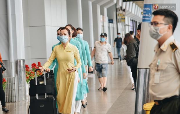 Sân bay Tân Sơn Nhất kích hoạt chế độ chống dịch nghiêm ngặt, hành khách mặc đồ bảo hộ về quê ăn Tết - Ảnh 3.
