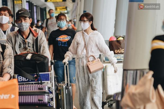 Sân bay Tân Sơn Nhất kích hoạt chế độ chống dịch nghiêm ngặt, hành khách mặc đồ bảo hộ về quê ăn Tết - Ảnh 5.