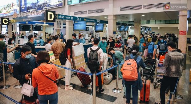 Sân bay Tân Sơn Nhất kích hoạt chế độ chống dịch nghiêm ngặt, hành khách mặc đồ bảo hộ về quê ăn Tết - Ảnh 11.
