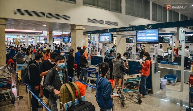 Sân bay Tân Sơn Nhất kích hoạt chế độ chống dịch nghiêm ngặt, hành khách mặc đồ bảo hộ về quê ăn Tết - Ảnh 12.