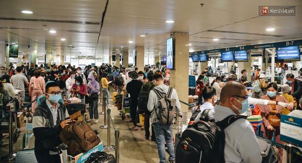 Sân bay Tân Sơn Nhất kích hoạt chế độ chống dịch nghiêm ngặt, hành khách mặc đồ bảo hộ về quê ăn Tết - Ảnh 10.