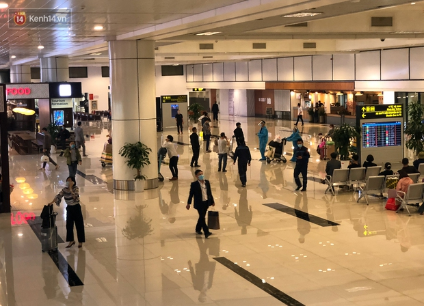 Ảnh: Sân bay Nội Bài vắng vẻ cân Tết Nguyên Đán, khác hẳn cảnh tượng đông đúc mọi năm - Ảnh 10.