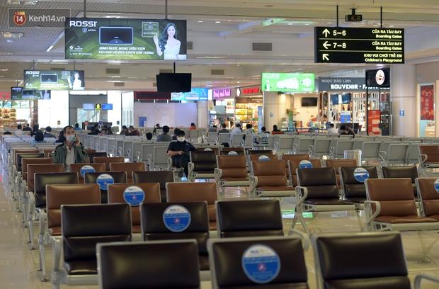 Ảnh: Sân bay Nội Bài vắng vẻ cân Tết Nguyên Đán, khác hẳn cảnh tượng đông đúc mọi năm - Ảnh 9.