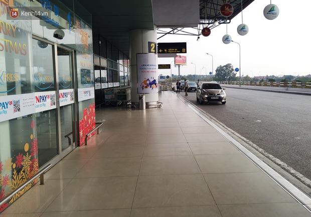 Ảnh: Sân bay Nội Bài vắng vẻ cân Tết Nguyên Đán, khác hẳn cảnh tượng đông đúc mọi năm - Ảnh 6.