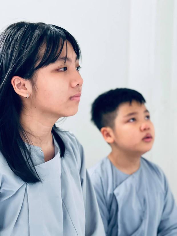 Vợ cũ Vân Quang Long hé lộ kết quả học tập khủng của 2 con, hình ảnh bé út cầm giấy khen trước bàn thờ bố khiến dàn sao Việt xúc động - Ảnh 3.