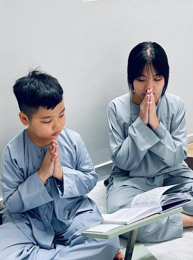 Vợ cũ Vân Quang Long hé lộ kết quả học tập khủng của 2 con, hình ảnh bé út cầm giấy khen trước bàn thờ bố khiến dàn sao Việt xúc động - Ảnh 4.