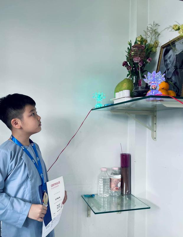 Vợ cũ Vân Quang Long hé lộ kết quả học tập khủng của 2 con, hình ảnh bé út cầm giấy khen trước bàn thờ bố khiến dàn sao Việt xúc động - Ảnh 5.