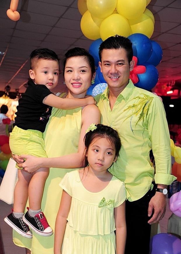 Vợ cũ Vân Quang Long hé lộ kết quả học tập khủng của 2 con, hình ảnh bé út cầm giấy khen trước bàn thờ bố khiến dàn sao Việt xúc động - Ảnh 7.