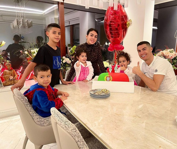 Ronaldo gửi lời yêu thương đến fan nhân sinh nhật tuổi 36: Các bạn có vị trí đặc biệt trong trái tim tôi - Ảnh 1.