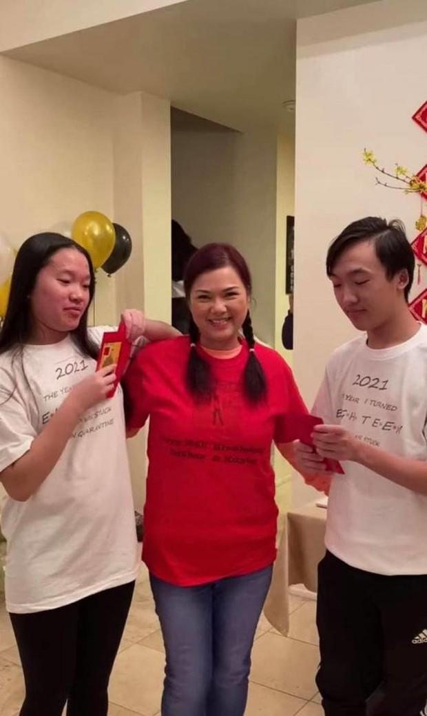 Ca sĩ Phương Loan hiếm hoi xuất hiện với nụ cười tươi tắn bên người thân sau gần 3 tháng NS Chí Tài qua đời - Ảnh 3.