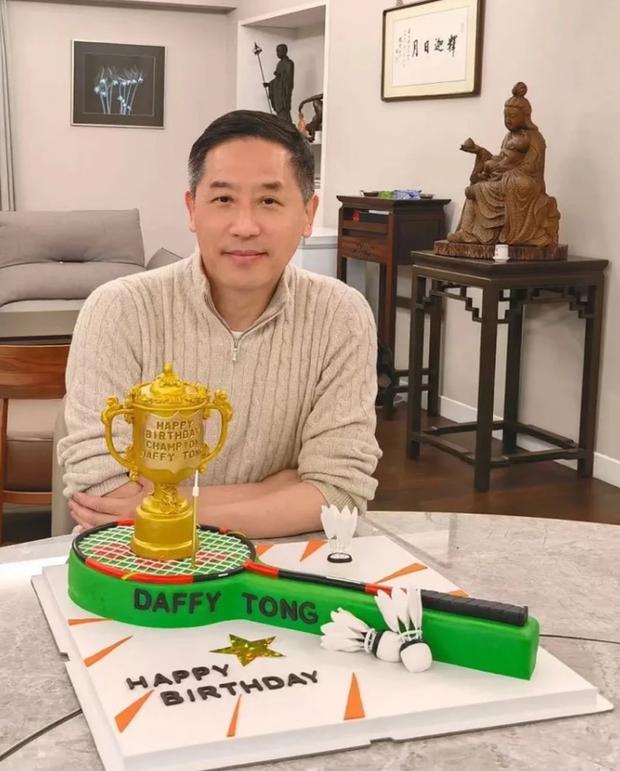 Người tình đồng giới của Trương Quốc Vinh lặng lẽ đón sinh nhật, ngoại hình ở tuổi 62 khiến nhiều người bất ngờ - Ảnh 2.