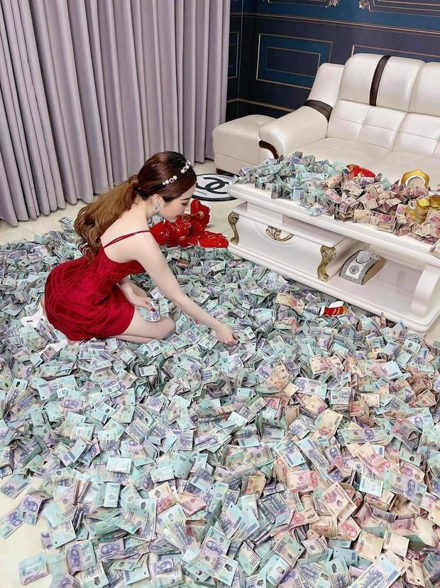 Màn đập heo ăn Tết gây choáng váng: Sương sương cả tỷ đồng, tiền trải khắp sàn nhà nhìn thôi cũng hoa mắt - Ảnh 2.