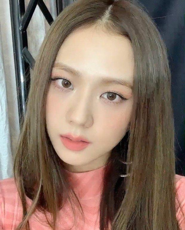 Nhược điểm nhan sắc của nữ thần Jisoo khiến cô phải che chắn kỹ bằng makeup đến độ bị đồn đã phẫu thuật thẩm mỹ - Ảnh 5.
