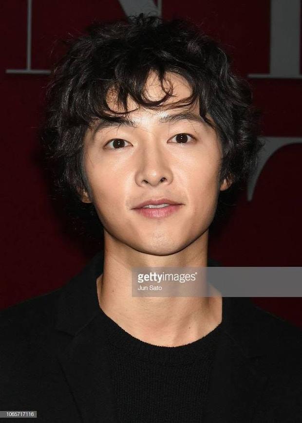 Song Joong Ki lấy lại visual đỉnh cao sau 2 năm ly hôn Song Hye Kyo, nhìn body mlem lại nhớ hồi gây bão Hậu Duệ Mặt Trời - Ảnh 5.