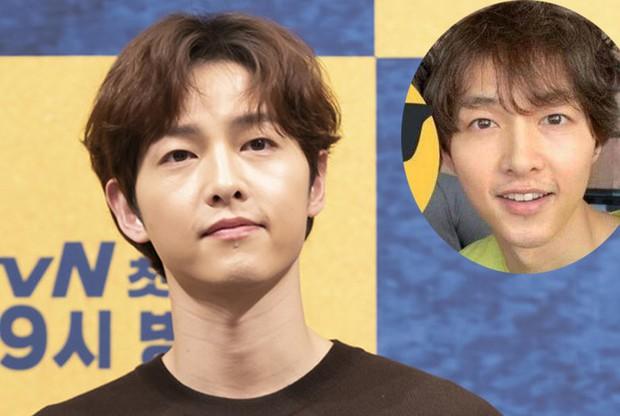 Song Joong Ki lấy lại visual đỉnh cao sau 2 năm ly hôn Song Hye Kyo, nhìn body mlem lại nhớ hồi gây bão Hậu Duệ Mặt Trời - Ảnh 6.
