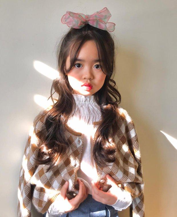 Bé Rồng Nhã Uyên: Từ cô bé giúp mẹ nuôi tìm bạn trai ở Người Ấy Là Ai đến Quán quân Model Kid Vietnam - Ảnh 6.