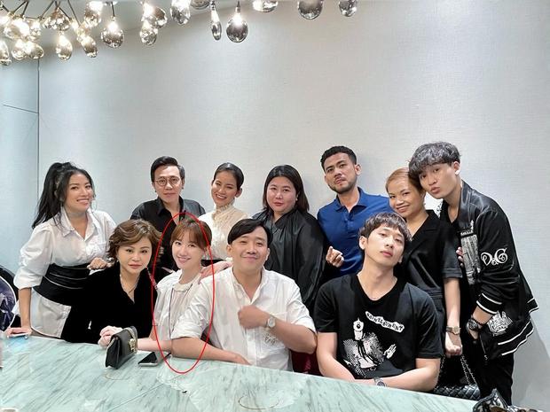 Trấn Thành khoe ảnh tụ họp cùng hội bạn mừng sinh nhật, Hari Won thành tâm điểm vì lộ bụng lùm lùm đáng nghi - Ảnh 2.